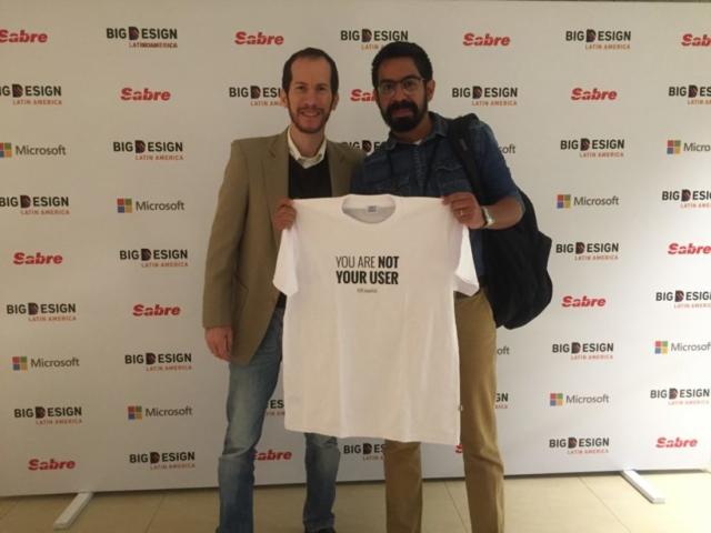 Con Juan Alberto García , quien gracias a sus tuits, se llevó una de las camisetas