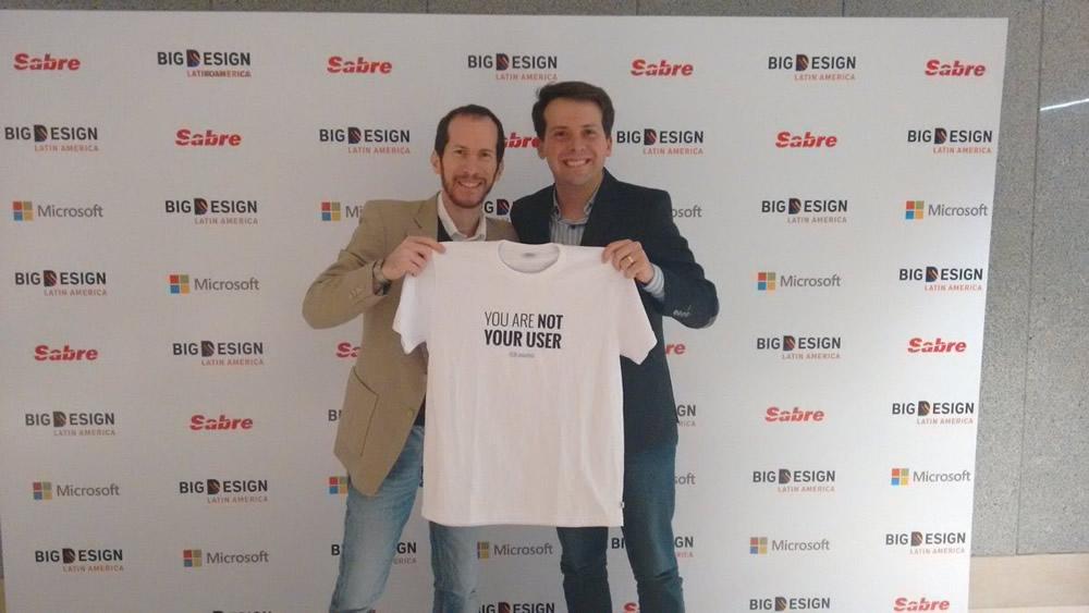 Con Thiago Algaves, quien gracias a sus tuits, se llevó una de las camisetas